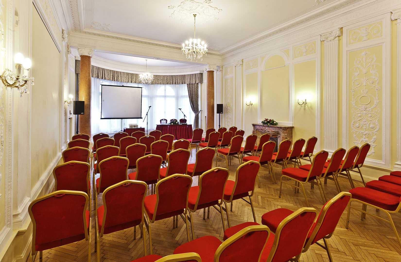 Konferencia az Ádám Villában
